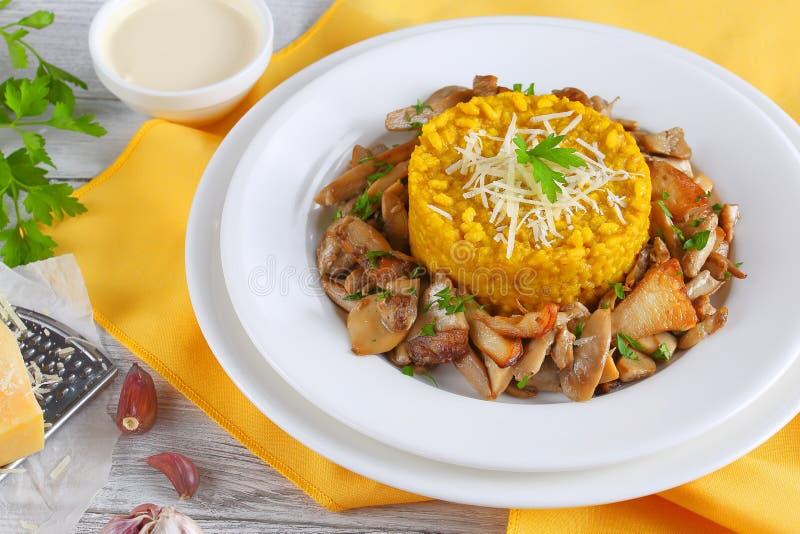 Saffraan romige risotto met gebraden porcini stock foto