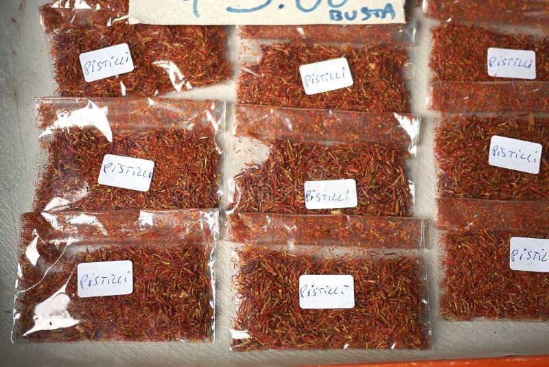 Saffraanstamper bij de markt wordt verkocht die stock foto