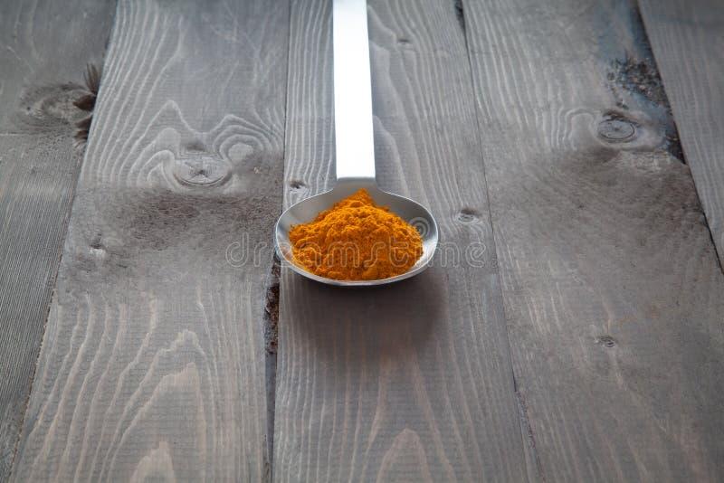 Safran des indes dans une cuillère en métal image libre de droits