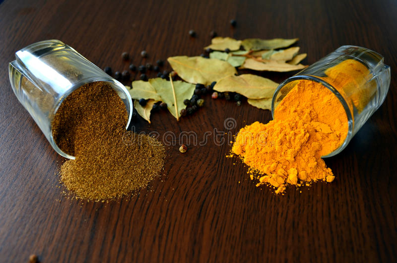 Safran des indes et poivre noir photo stock