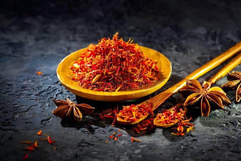 Safran Diverses épices indiennes sur la table en pierre noire Épice et herbes sur le fond d'ardoise images libres de droits