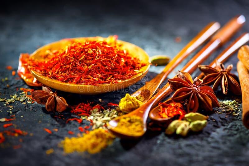 Safran Diverses épices indiennes sur la table en pierre noire Épice et herbes sur le fond d'ardoise photos stock