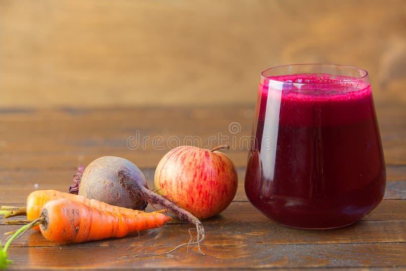 Saft der roten Rübe im Glas auf Tabelle stockbild