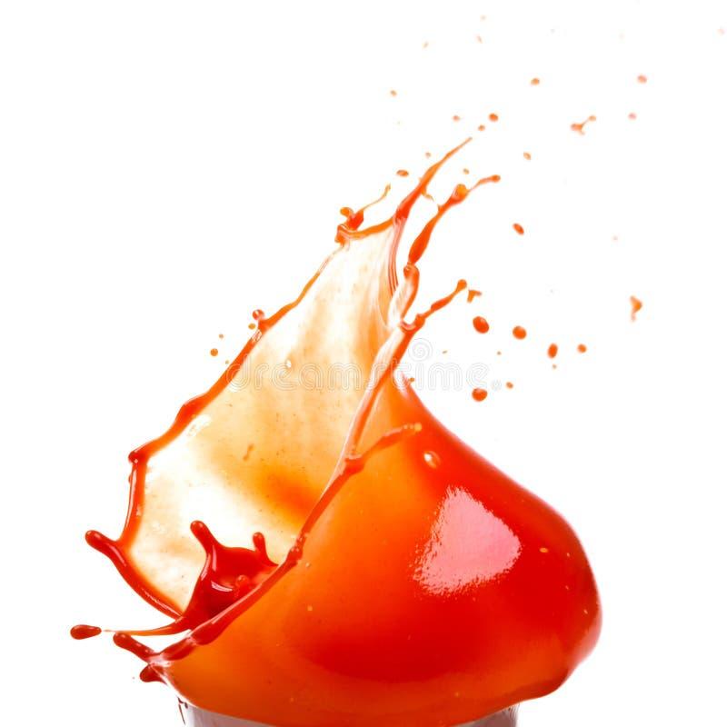 Saft der Tomaten Tomatensaftspritzen auf weißem Hintergrund stockbilder