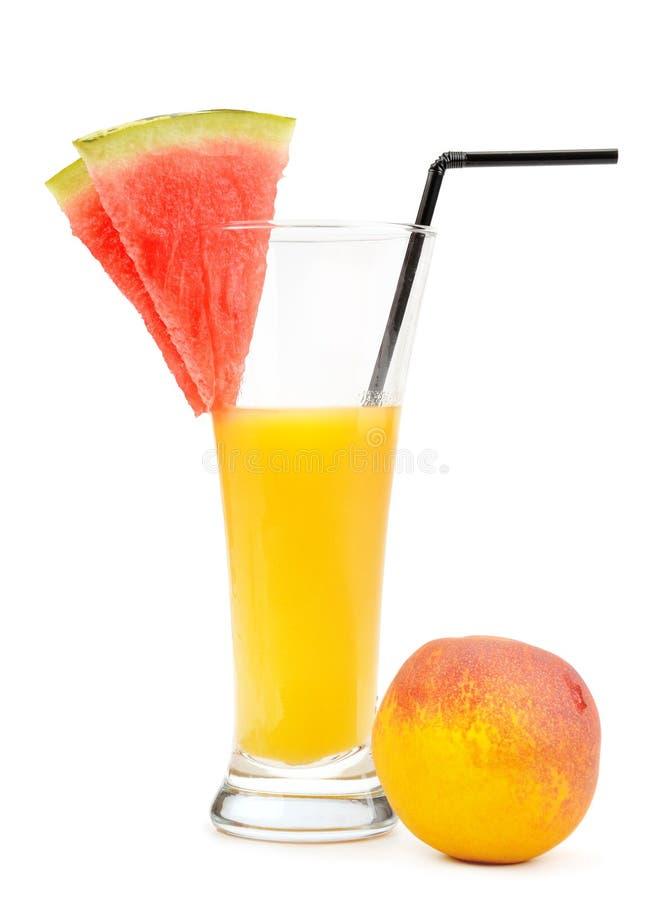 Saft im Glas, in Wassermelone und in Pfirsich lokalisiert auf weißem backgroun lizenzfreies stockbild