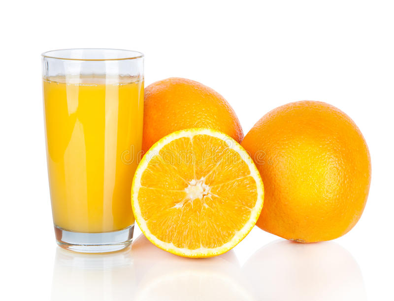 Saftglas und orange Frucht auf weißem Hintergrund lizenzfreies stockfoto