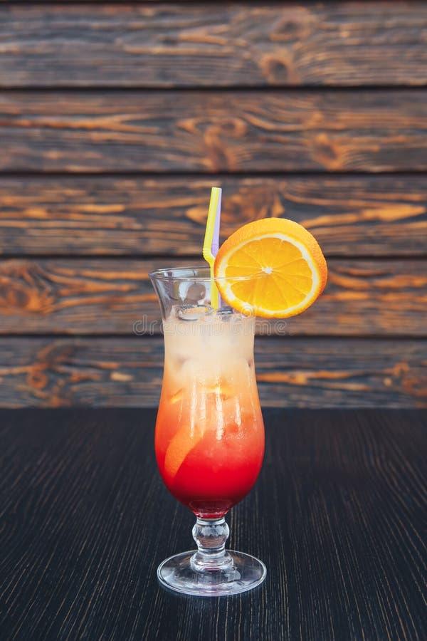 Saftig apelsin och röd Tequilasoluppgång Könsbestämma på strandcoctailen i exponeringsglas Ny coctail för sommar med granatäppels arkivbilder