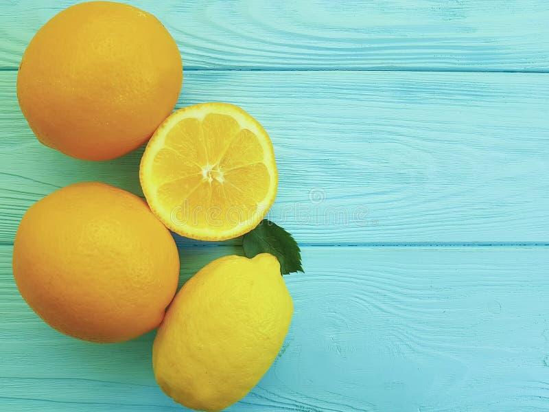 Saftig citron- modell för citron- och apelsiningrediens på blå träfriskhet royaltyfria foton