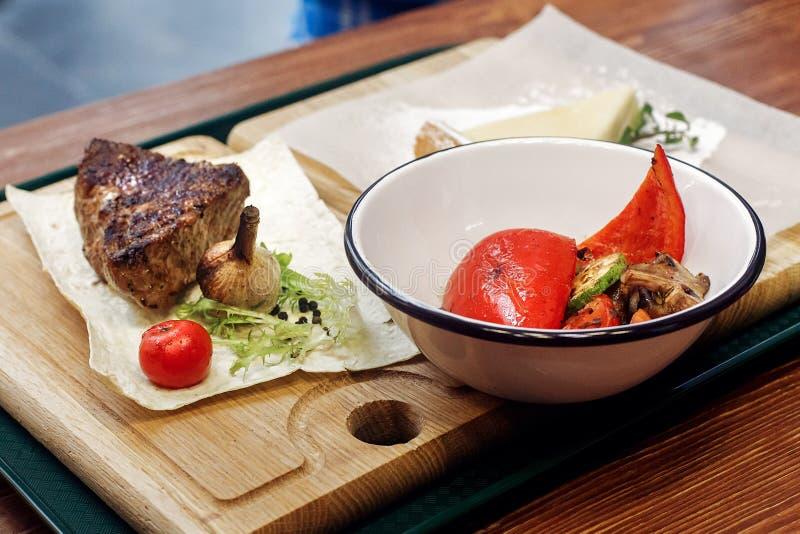 Saftig grillad biff med stekte grönsaker portionstek på fotografering för bildbyråer