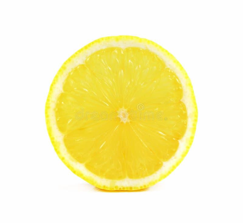 Saftig gul skiva av citronen på vit bakgrund, snabb bana royaltyfria foton