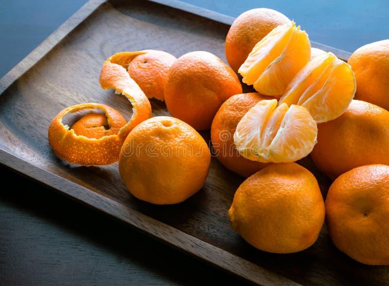 Saftiga apelsinskivor på träbakgrund arkivbilder