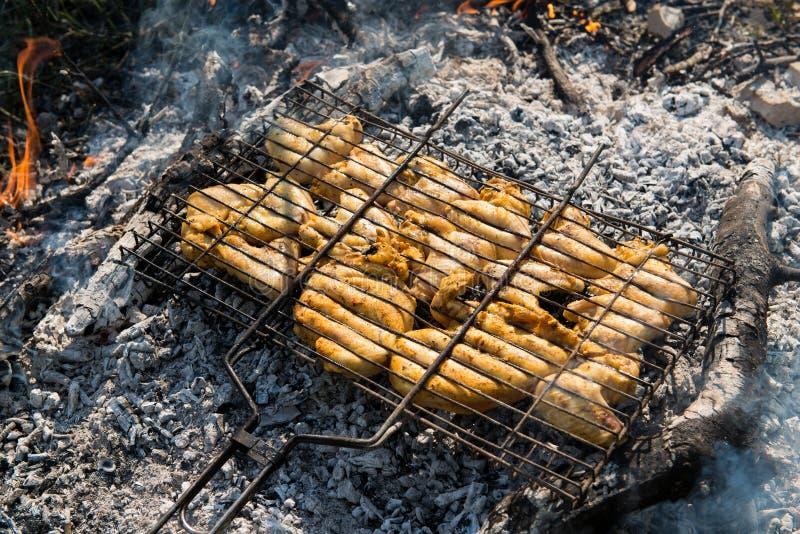 Saftiga grillade kebaber arkivbild