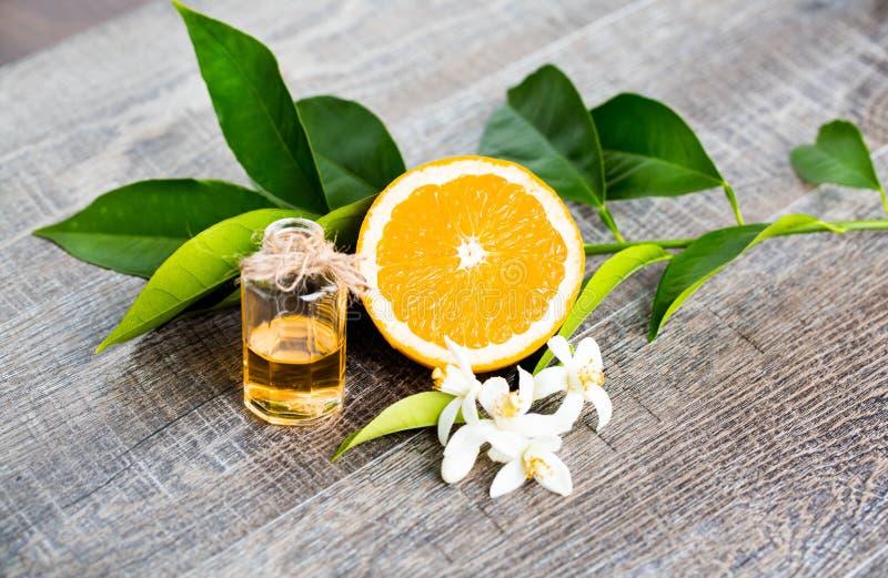 Saftiga orange delar för snitt itu och neroli, blommor av det orange trädet, på lantlig träbakgrund royaltyfri foto