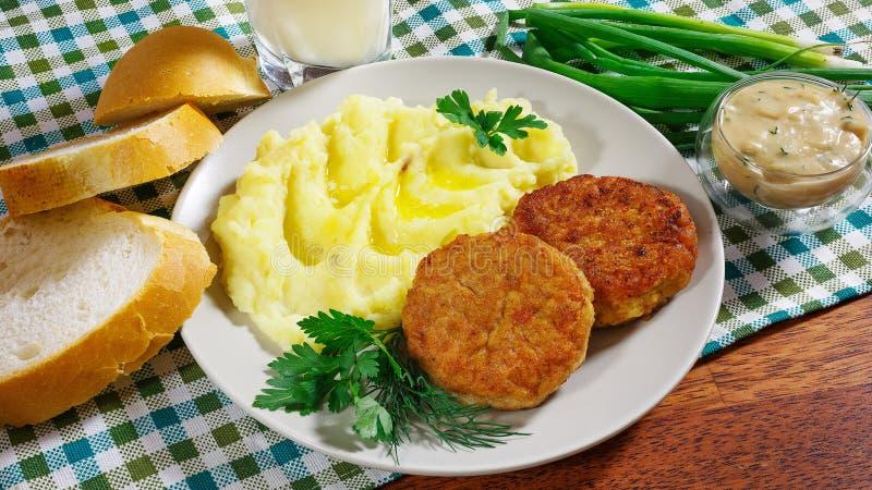 Saftiga stekte köttkotletter med mosade potatisar arkivfoto