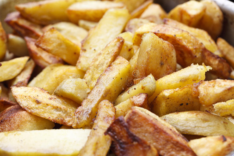 Saftiga stekte potatisar arkivbilder
