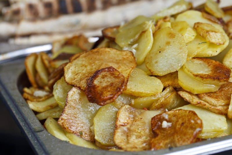 Saftiga stekte potatisar royaltyfri foto