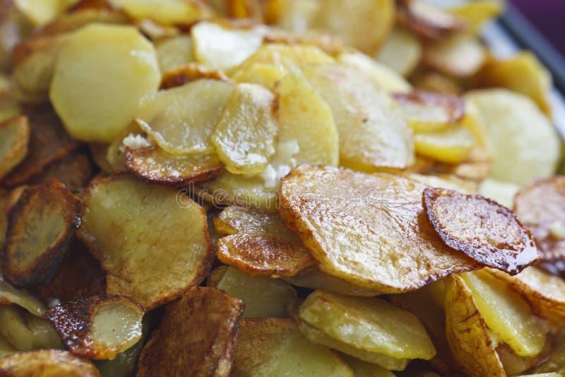 Saftiga stekte potatisar royaltyfri bild