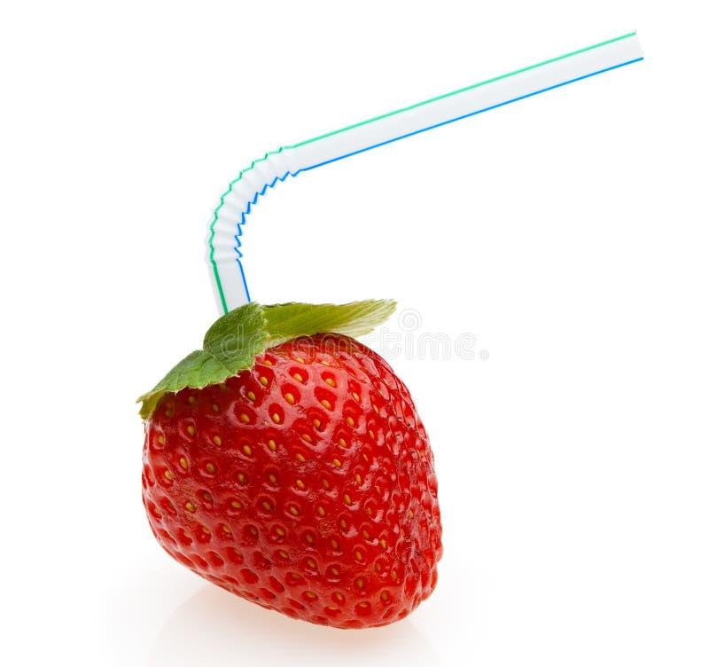 Saftige Erdbeere mit Cocktailstroh lizenzfreies stockfoto