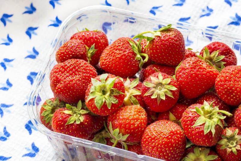 Saftige Erdbeeren auf einer Waffeltischdecke stockbilder