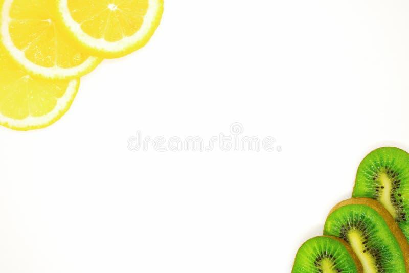 Saftige Fruchtnahaufnahme, gesunde Nahrungsmittel, Diätbestandteile, Kiwischeiben nahe Zitrone stockfotografie