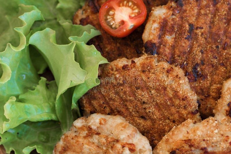 Saftige gegrillte Fleischpastetchen mit Gemüse auf einer Platte lizenzfreies stockfoto