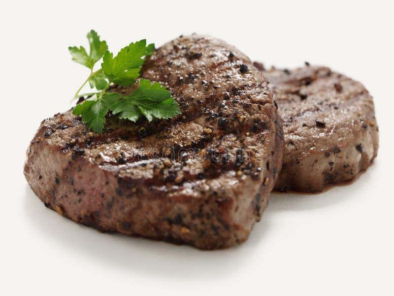 Saftige gepfefferte Steakmedaillons stockbild