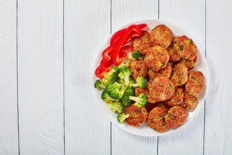 Saftige Hühnerbrokkolifleischklöschen auf Platte lizenzfreies stockfoto
