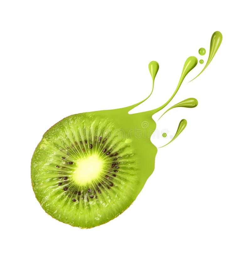 Saftige Kiwi mit spritzt und fällt von der Farbe lizenzfreies stockbild