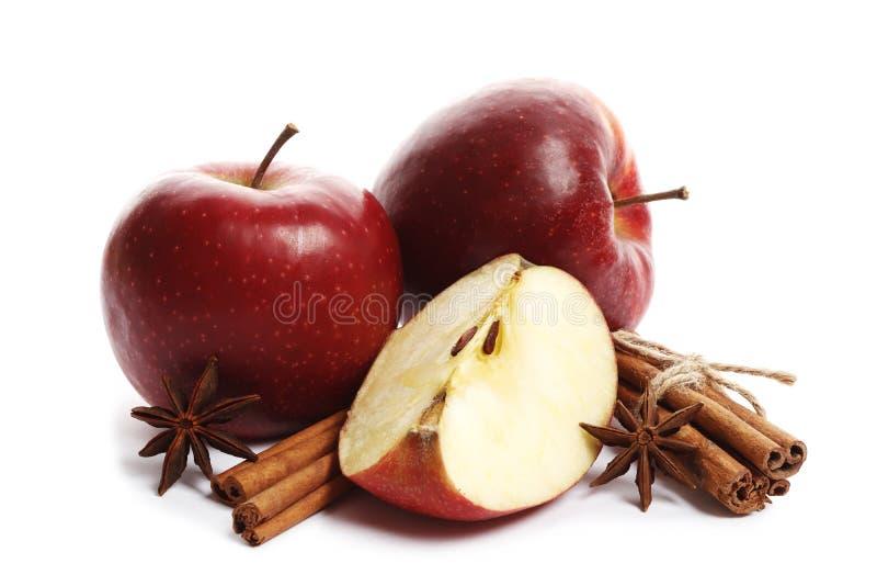 Saftige reife Äpfel mit dem Zimt- und Sternanis lokalisiert auf weißem Hintergrund lizenzfreie stockfotos