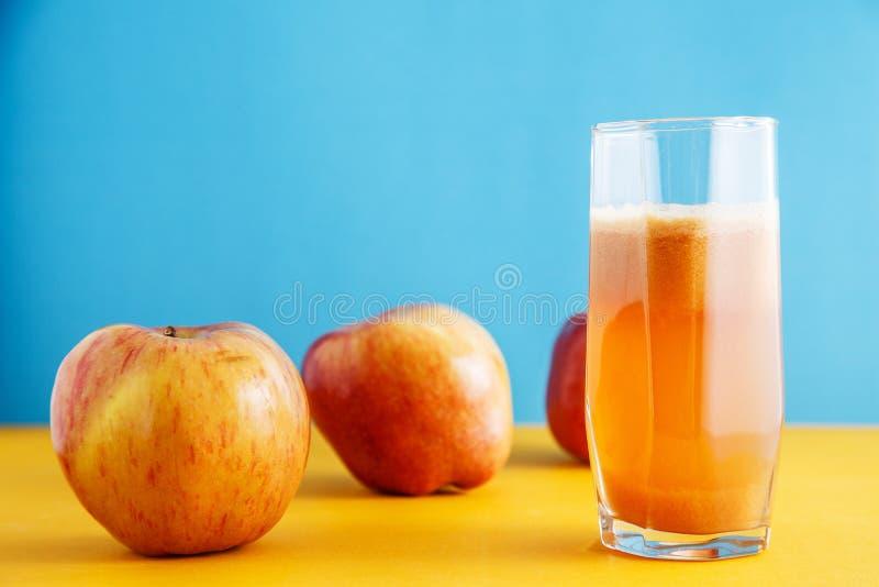Saftige reife Äpfel und ein Glas frischer Apfelsaft Gesundes Naturkostkonzept stockfotografie