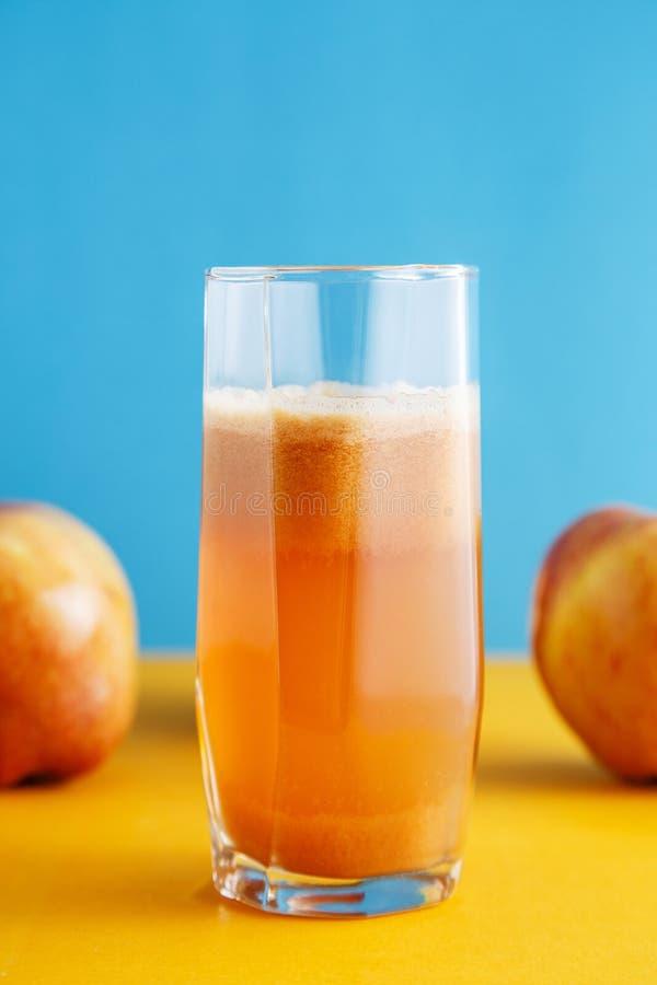 Saftige reife Äpfel und ein Glas frischer Apfelsaft Gesundes Naturkostkonzept stockfoto