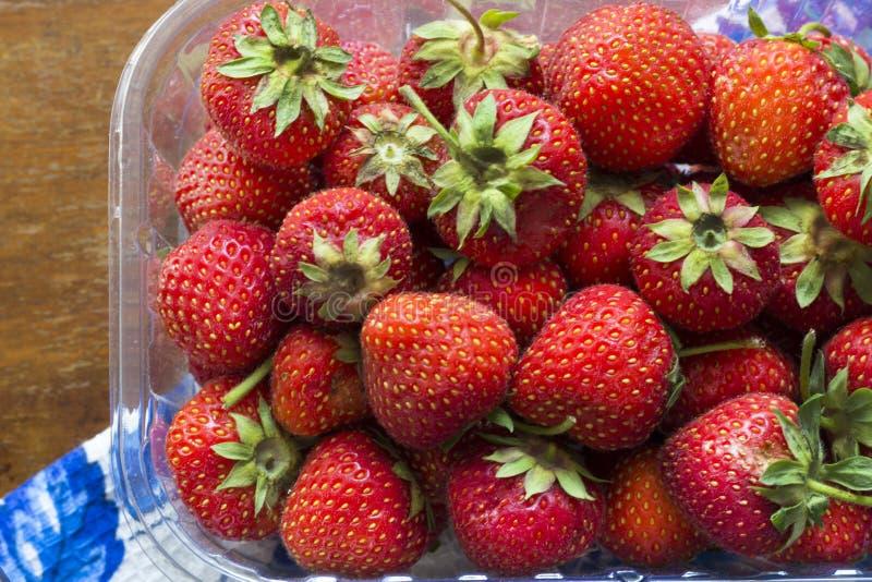 Saftige reife Erdbeere auf einer Weinlesetabelle lizenzfreies stockbild