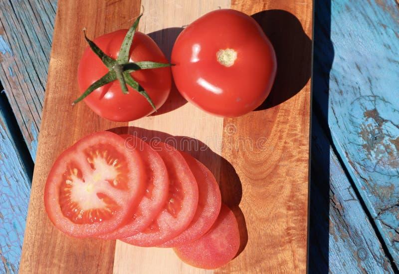 Saftige reife rote Rebe reifte die geschnittenen und ganzen Tomaten lizenzfreies stockbild