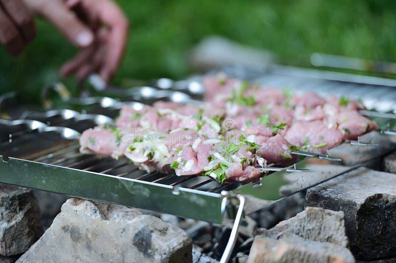 Saftige Scheiben des Fleisches bereiten sich auf Feuer vor stockfoto