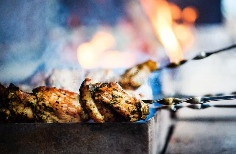 Saftige Scheiben des Fleisches bereiten sich auf Feuer vor lizenzfreie stockfotografie
