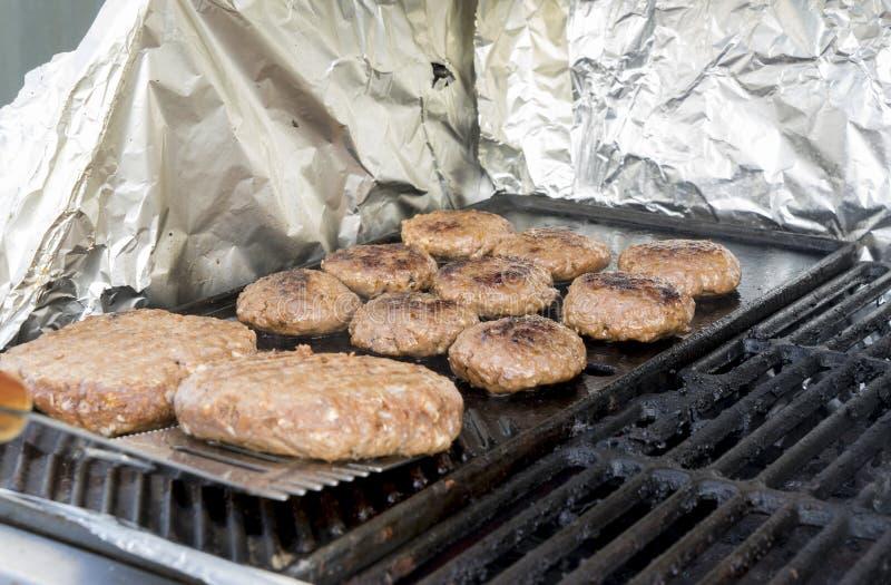 Saftige und heiße Fleischklöschen auf dem Grill stockfoto