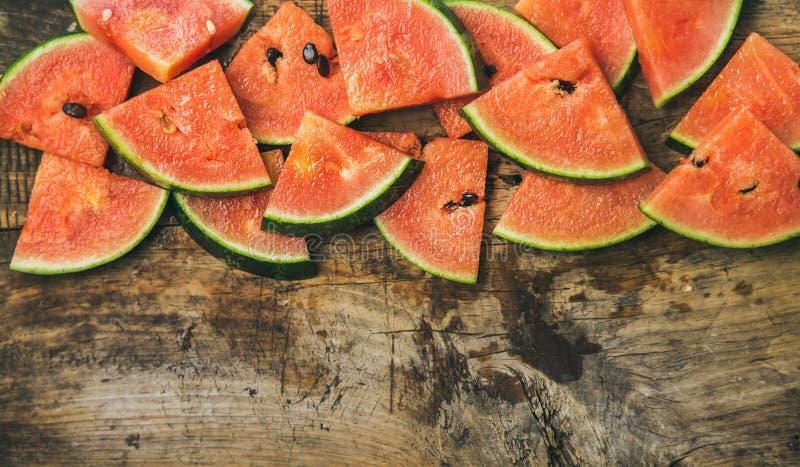 Saftige Wassermelonenstücke über rustikalem hölzernem Hintergrund stockbild