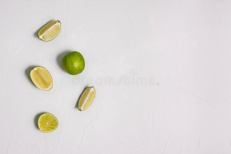 Saftiger Kalkschnitt in Stücke Grüne Kalkfrucht auf weißem Hintergrund Bestandteil für die Vorbereitung eines Cocktails oder der  stockbild