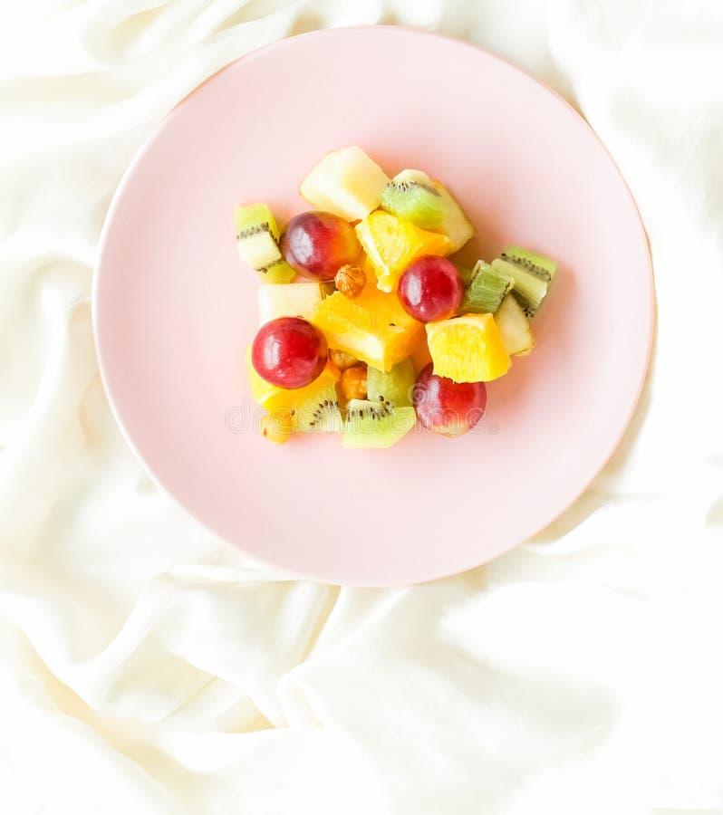 saftiger Obstsalat auf der Seide, flatlay - gesunder Lebensstil und Frühstück im Bettkonzept lizenzfreies stockfoto