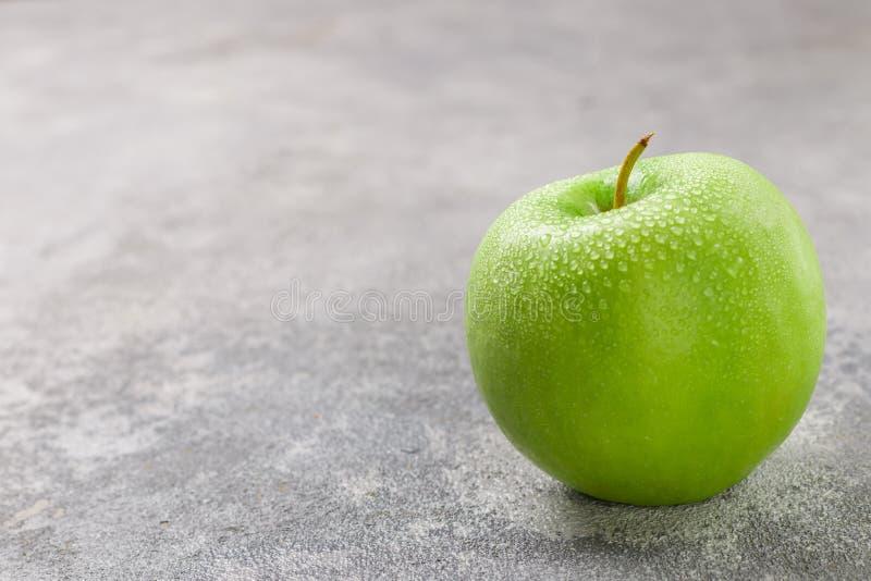Saftiges reifes grünes Apple mit Wassertropfen stockfotos