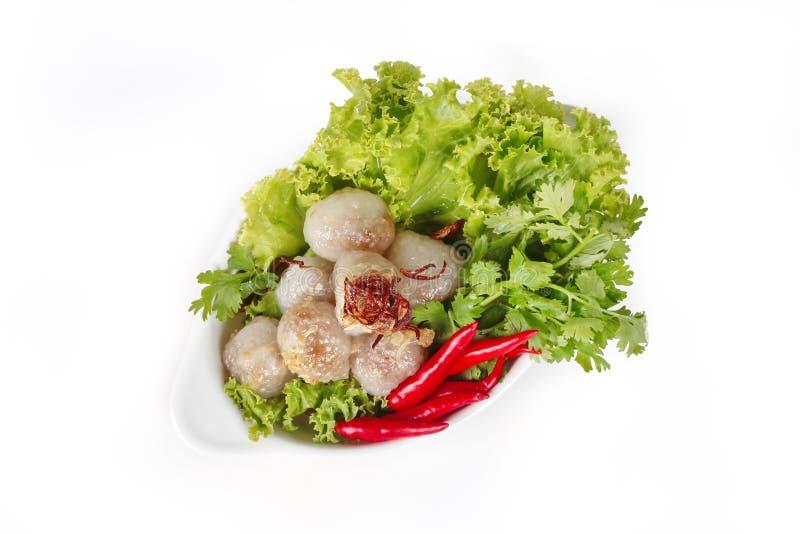 Sagù cotto a vapore con carne di maiale e la verdura mista su fondo bianco immagini stock libere da diritti