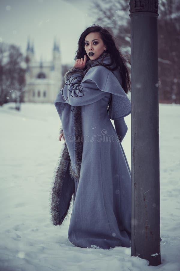 Saga av den unga kvinnan royaltyfri bild