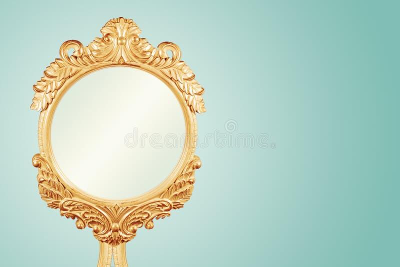 Sagacidade de madeira cinzelada Handcrafted do quadro do espelho do ouro da porca jovem quadro antigo fotos de stock