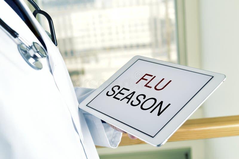 Sagacidade do doutor e da tabuleta a estação de gripe do texto foto de stock royalty free