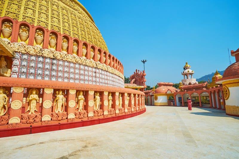 SAGAING, MYANMAR - 21 FEBBRAIO 2018: Il vicolo soleggiato intorno alla pagoda dell'accademia buddista internazionale di Sitagu immagini stock