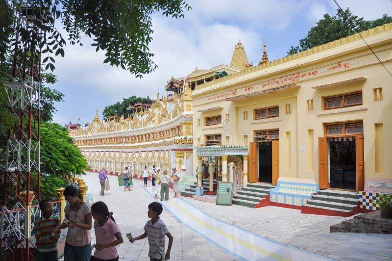 Sagaing, Myanmar- 9 Oktober, 2013: Van het toeristenbezoek min Thonze pagode van U stock foto's