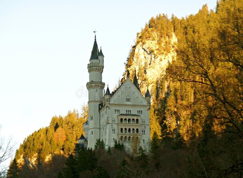Sagan gillar Neuschwanstein i hösten, Tyskland royaltyfria bilder
