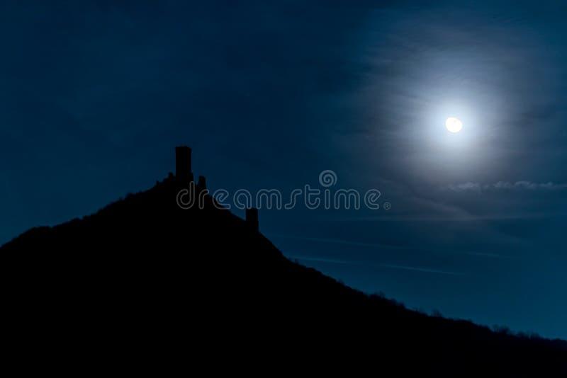 Sagaslott i månsken royaltyfria foton