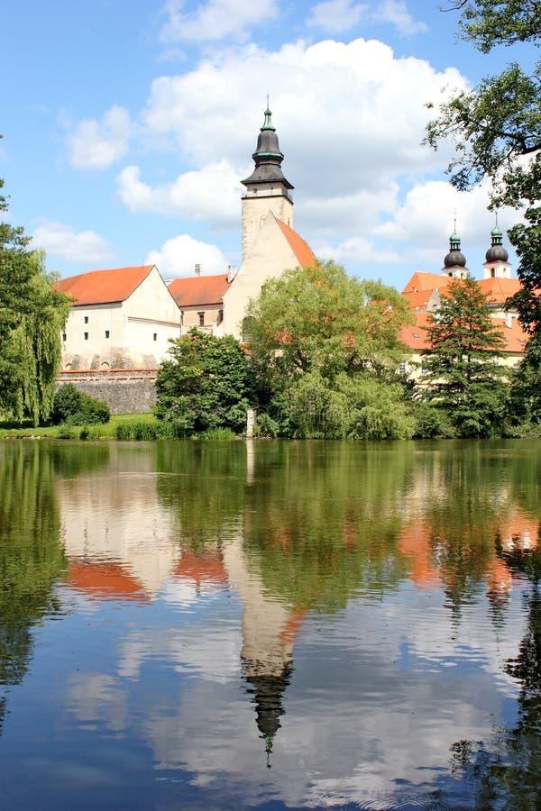 Sagaslott och dess spegelbild på yttersidan av dammet, Telc, Moravia, Tjeckien royaltyfri fotografi