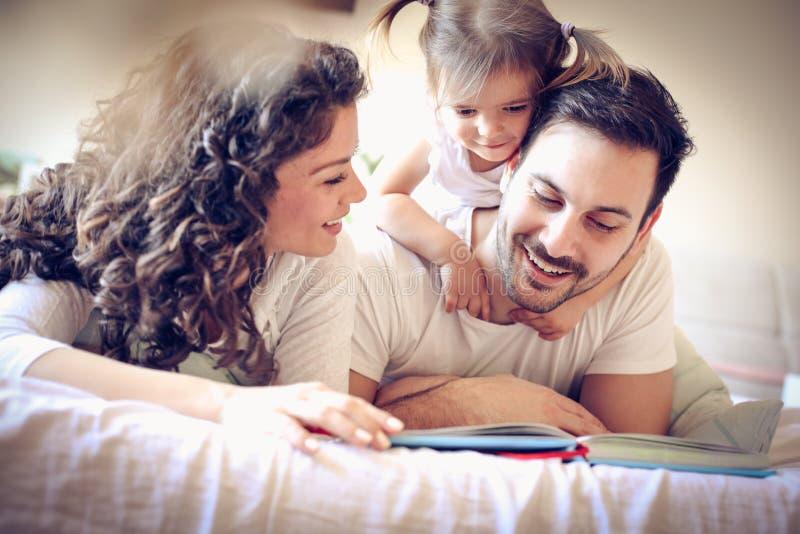 Sagatid Lycklig familj med ett barn fotografering för bildbyråer